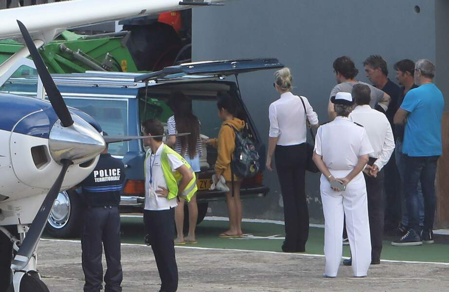 Obsèques de Johnny Hallyday : Laeticia, Jade et Joy à l'aéroport de Saint-Barthélemy