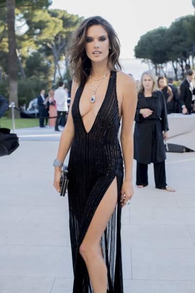 Cannes 2016: Alessandra Ambrosio DIVINE et TRÈS décolletée en Redemption à l'amfAR