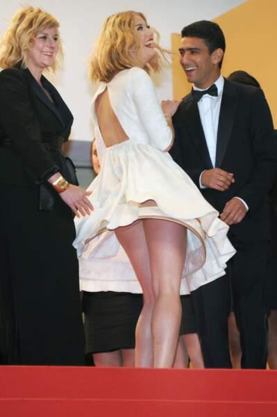 Festival de Cannes, les accidents de tenue les plus sexy - Mona Walravens, au moins ça la fait rire