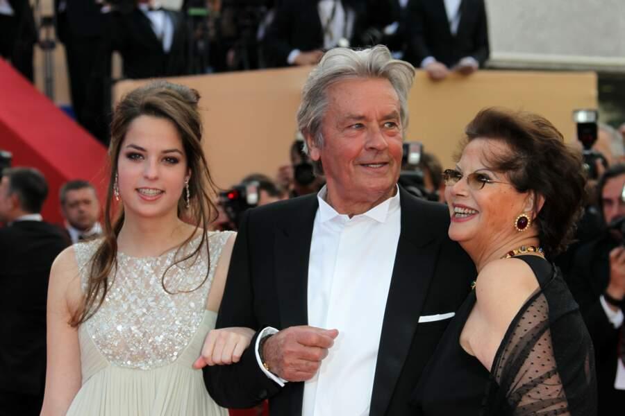 Accompagné de sa fille Anouchka Delon et de l'actrice Claudia Cardinale en 2010