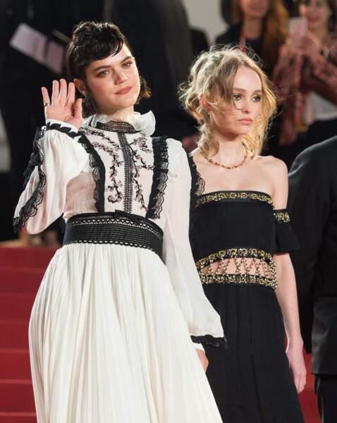 Soko et Lily-Rose Depp très complices sur le tapis rouge