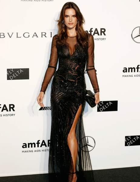 Alessandra Ambrosio a elle aussi choisi la longue robe noire très fendue