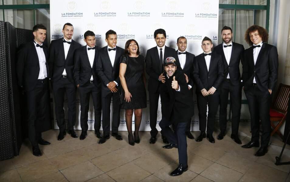 Certains joueurs du PSG posent avec Nasser Al Khelaifi et Anne Hidalgo. Jamel vient troubler tout ce beau monde