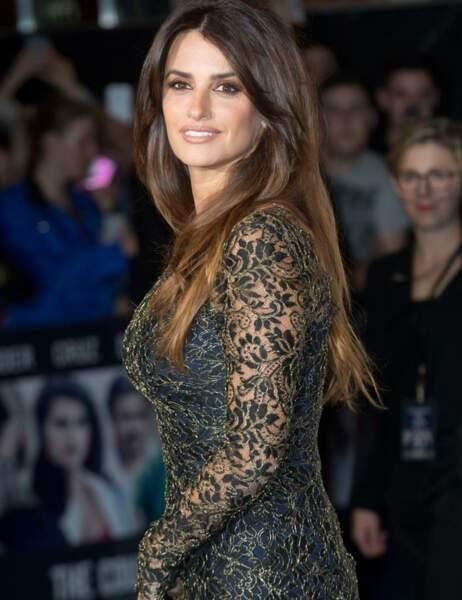 L'actrice de 39 ans rayonne dans sa robe noir et or