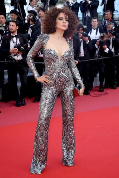L'actrice Kangana Ranaut défile sur le tapis rouge dans une tenue très scintillante