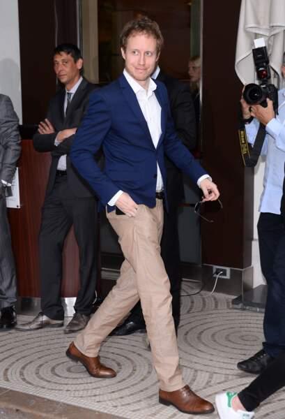 Cannes 2016: Lazlo Nemes en pantalon beige et veste bleu marine. Simple mais distingué.