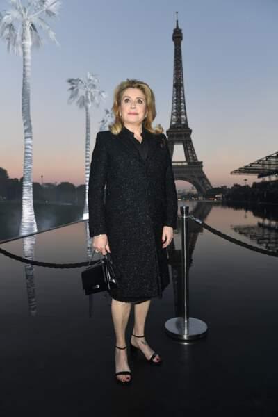 Catherine Deneuve au défilé Saint Laurent à la fashion week de Paris, le 25 septembre
