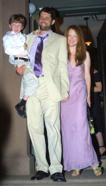Robes de mariée de stars : en 2003, Julianne Moore se marie pépouze avec cette liquette mauve