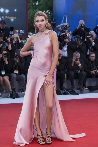 Mostra de Venise 2017 : Stella Maxwell (l'ex de Miley Cyrus) en Twinset et sandales Ferragamo