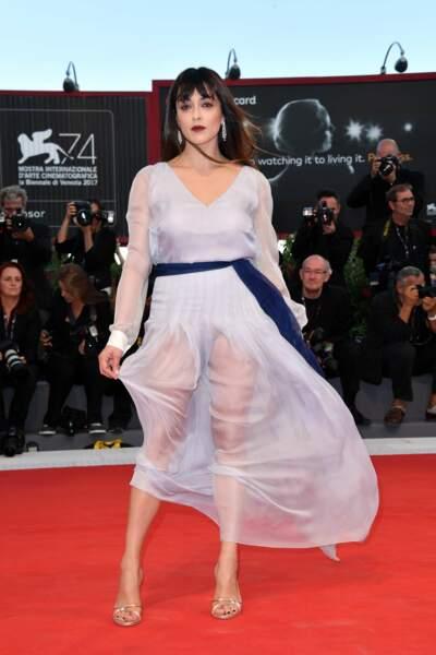 Tenue transparente et culotte apparente : Valentina Lodovini