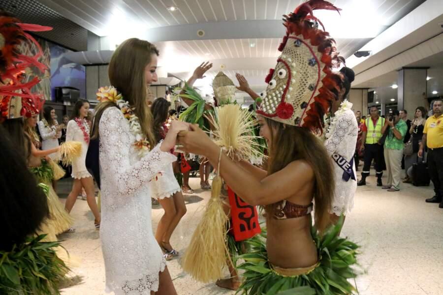 Offrandes de colliers de fleurs et danses polynésiennes.