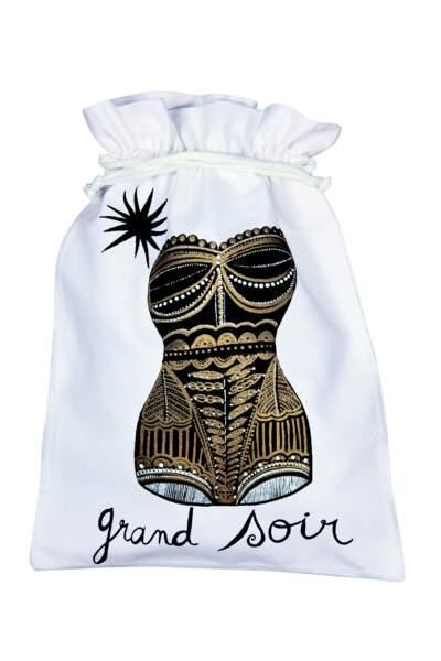 Pochon pour lingerie en coton brodé, 16€, Fragonard.