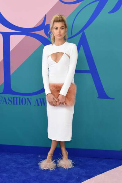 CFDA Fashion Awards 2017 - Haily Baldwin était tout à la fois décolletée et emplumée