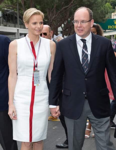 ... de même que sa robe, rouge et blanche !