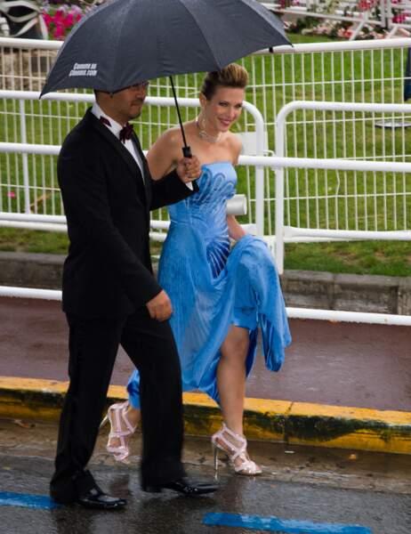 Heureusement elle parvient à s'abriter sous un parapluie