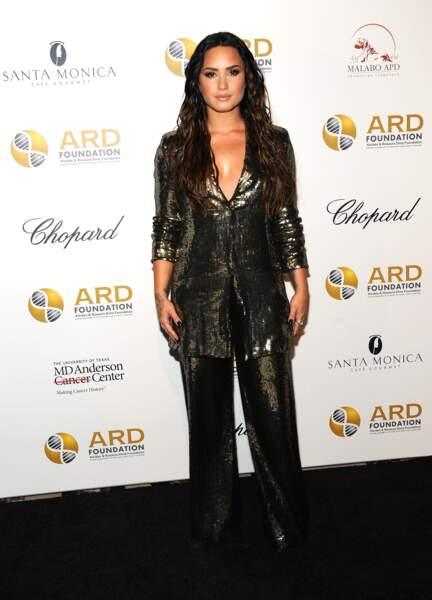 Do : Demi Lovato ose avec brio le tailleur à sequin