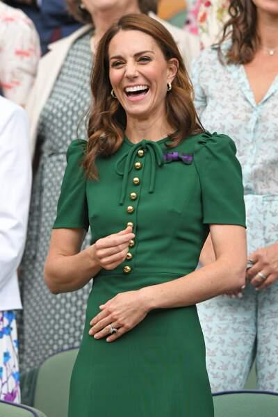 Kate Middleton lumineuse avec ses cheveux au vent