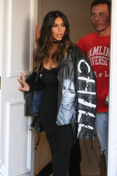 Kim Kardashian avec une veste en cuir à son effigie #mégalo