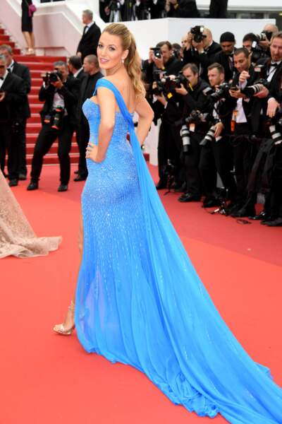Blake Lively moulée dans une robe turquoise
