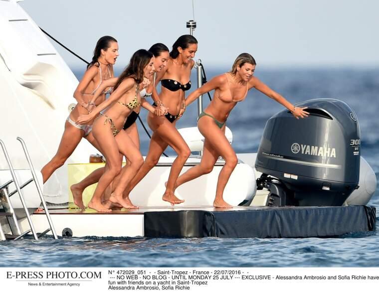 Les people à la plage ? Ils s'amusent comme des gosses : Alessandra Ambrosio et Sofia Richie