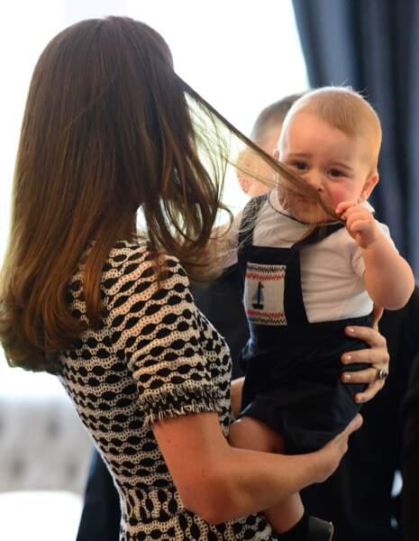 Bébé George dans les bras de maman en Nouvelle-Zélande