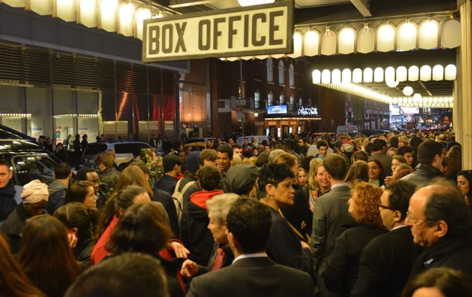 Le public se presse à l'entrée de la salle de spectacle