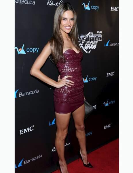 Alessandra Ambrosio très sexy dans sa robe en cuir rouge
