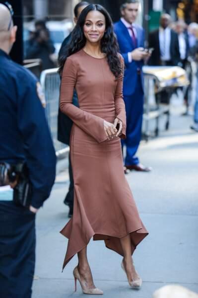 Zoe Saldana a 40 ans : en robe nude