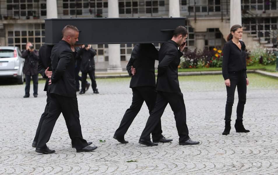 Le cercueil, et c'est rare, était entièrement noir
