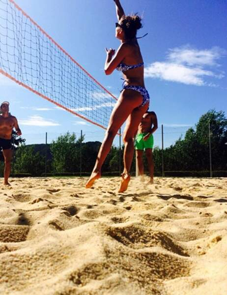 Laury Thilleman fait du volleyball