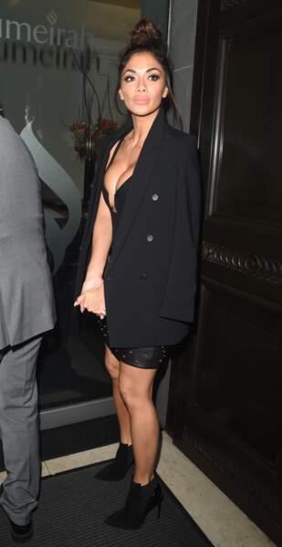 Nicole Scherzinger sexy : elle affichait également ses longues et superbes jambes