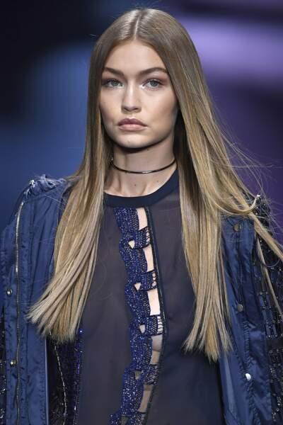 Défilé Versace printemps-été 2017 : Gigi Hadid a laissé deviner un peu de poitrine !