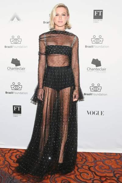 Tenue transparente et culotte apparente : Fiorella Mattheis
