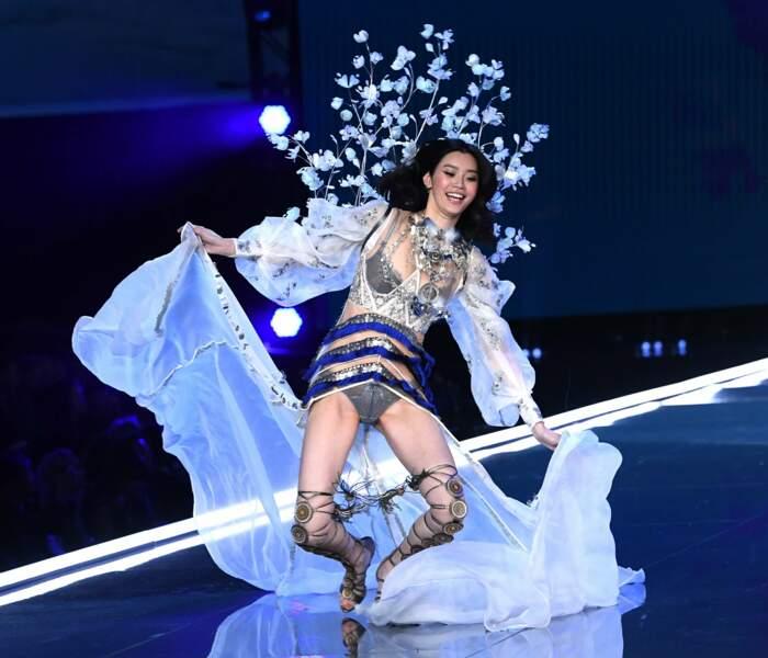 La pauvre Ming Xi n'a pu éviter la chute sur le podium ultra glissant