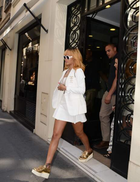 Rihanna sort de la boutique Chanel