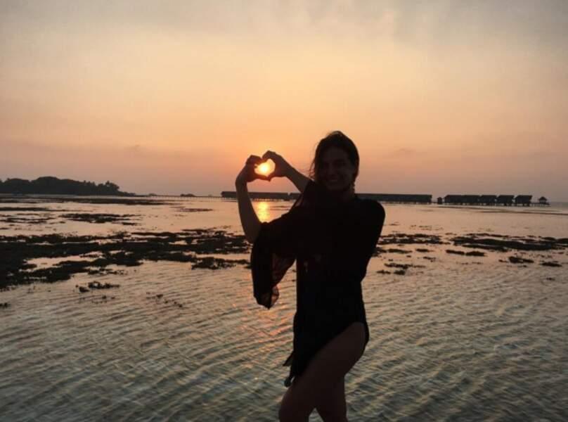 Laëtitia Milot fait un coeur avec les doigts au soleil