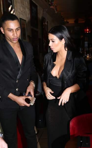 Pas de poches dans sa robe, donc Olivier Rousteing porte le téléphone