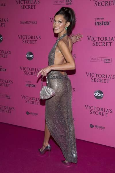 De face comme de dos, la robe de Bella Hadid ne cachait... rien !