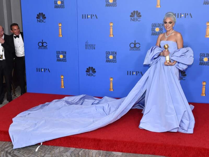 Elle est tellement longue qu'elle dépasse du tapis rouge