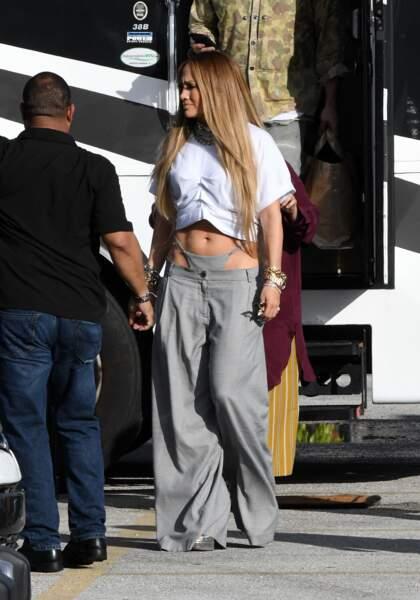 Jennifer Lopez en string apparent, elle a opté pour un look improbable sur le tournage de son clip !