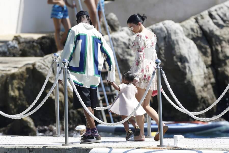 Kylie Jenner, Travis Scott et Stormi vont déjeuner à l'hôtel Cap-Eden-Roc avec leurs proches
