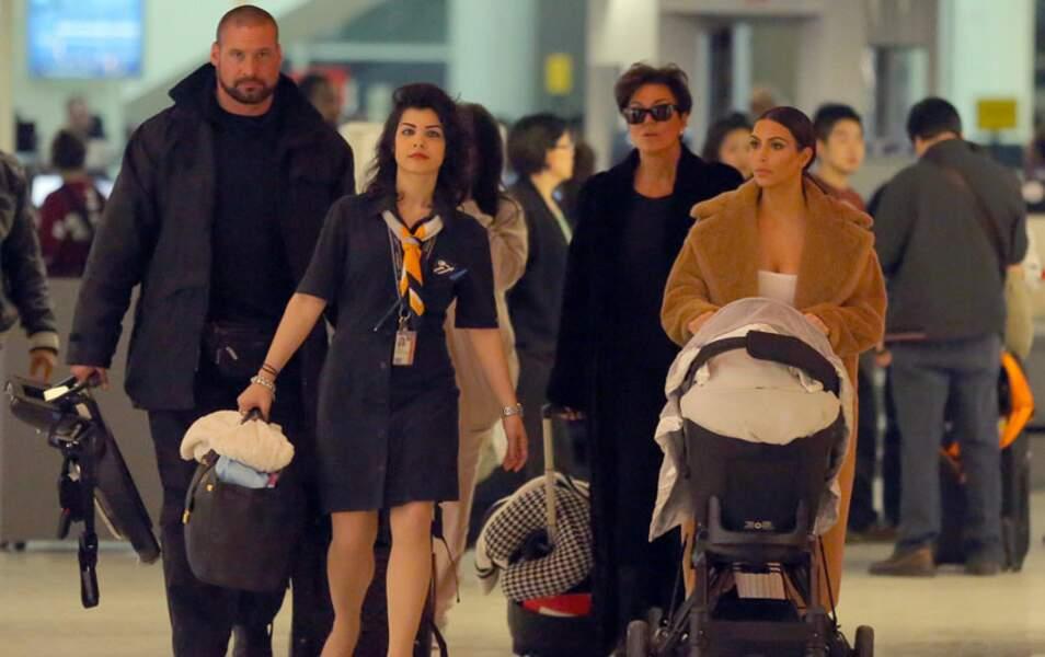 Kim Kardashian arrive à l'aéroport JFK de New York avec North et Kris Jenner