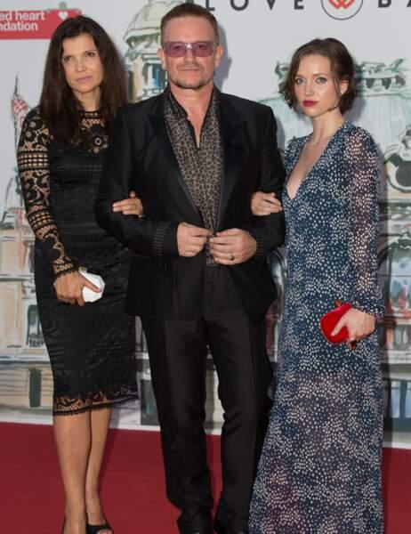 Bono aussi est en charmante compagnie : sa femme Alison à gauche et sa fille aînée, Jordan, à droite