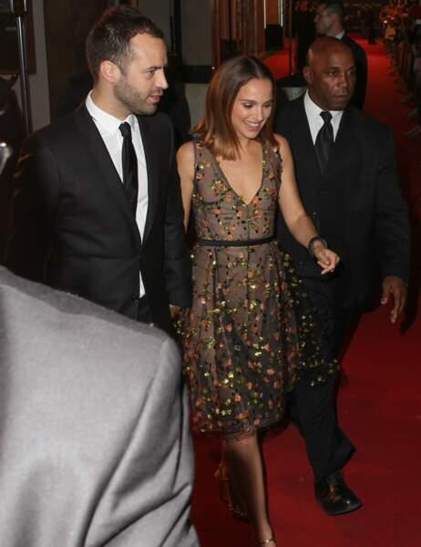 Elle se fait escorter sur le red carpet par son danseur étoile, son mari Benjamin Millepied
