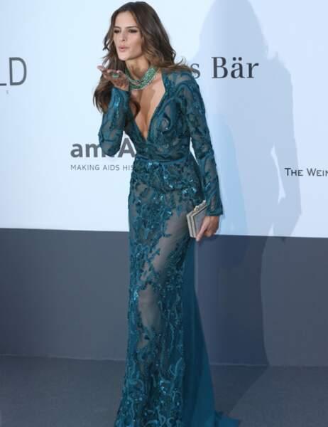 Palme du décolleté tellement plongeant qu'on aperçoit l'étiquette de la culotte : Isabeli Fontana