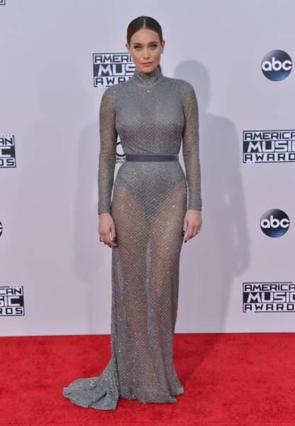 """Le mannequin Hannad Davis dans une robe très """"côte de maille"""""""