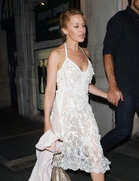 Kylie Minogue a tout bon : la dentelle et les touches dorées ponctuelles. Classe.