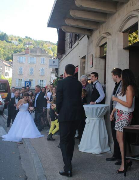 Il accueille sa femme avec du champagne devant leur restaurant, L'Univers
