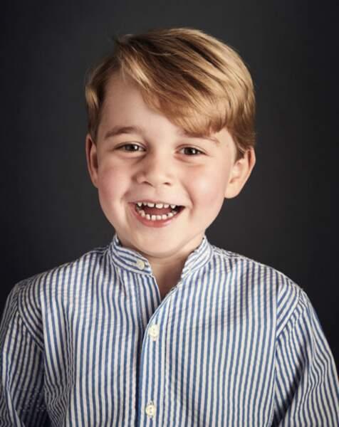 Anniversaire du Prince George - Mais une fois n'est pas coutume, il sait aussi sourire face à l'objectif