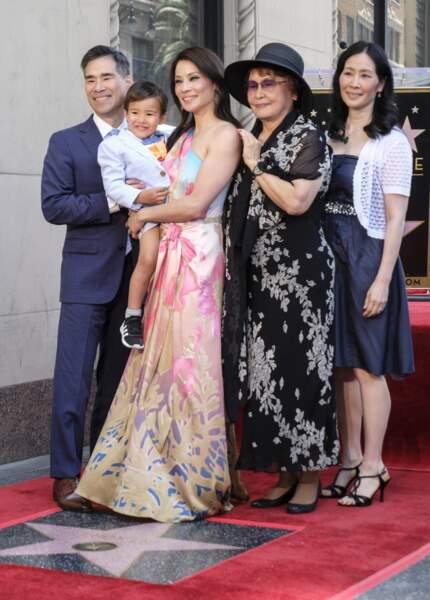 Lucy Liu inaugure son étoile en famille sur Hollywood Boulevard